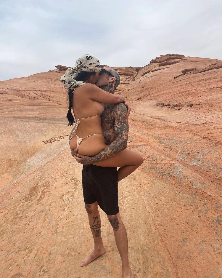 [VIDEO] Kourtney Kardashian Rolling Around Naked In Puerto